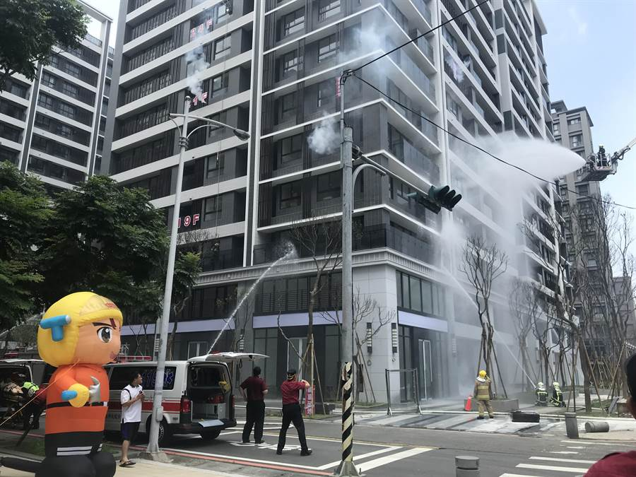 新竹县消防局22日举办高楼演习,展现救灾能量及利器(庄旻静摄)
