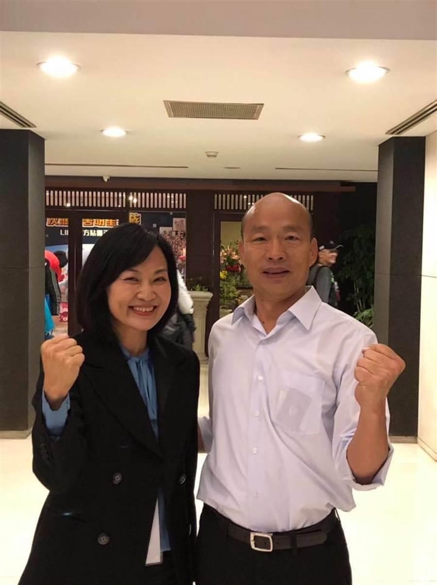高雄市議員陳麗娜(左),與高雄市長韓國瑜(右)合影。(圖/翻攝自 陳麗娜臉書)