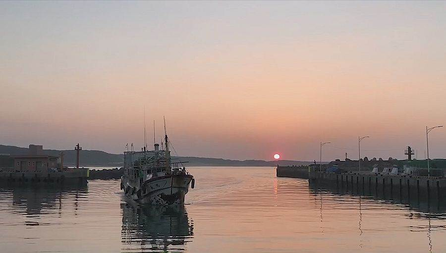 來富基魚市除了吃海鮮、抽大獎外,也能順道欣賞一下北台灣最美的港邊夕陽美景。(圖取自新北市漁業處官網)