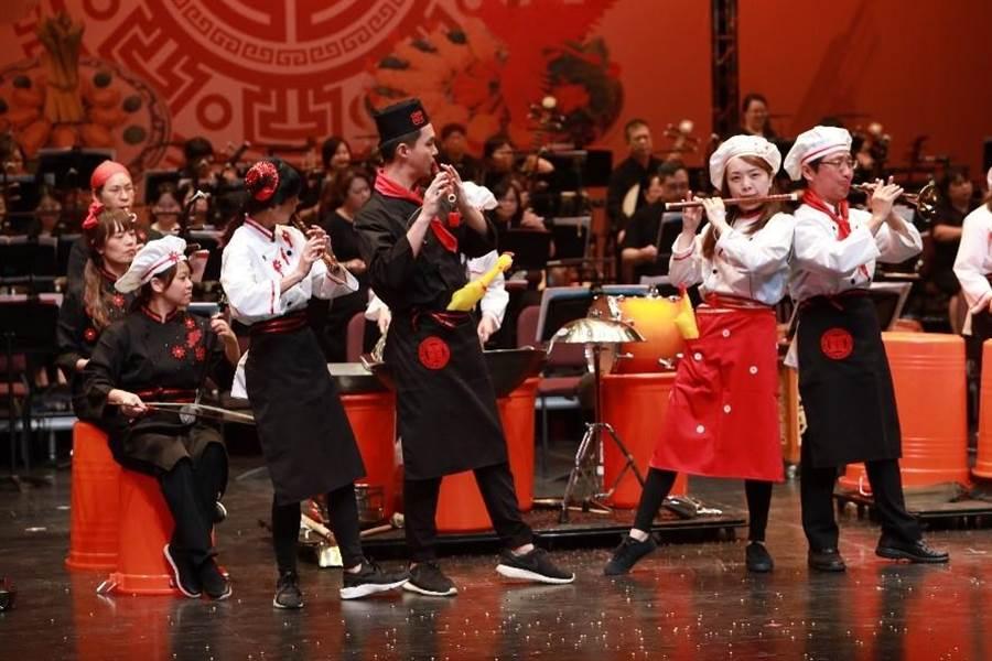 平時正襟危坐的國樂團演奏家們走向台前、釋放肢體,展現無與倫比的敬業與熱情。(吳家詮翻攝)