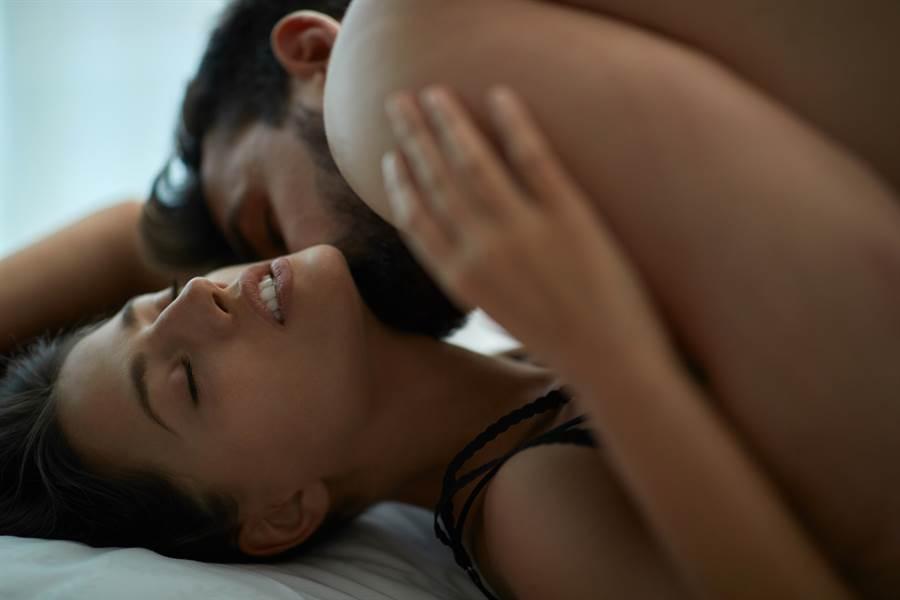 妙齡女抱怨跟男友「大戰」隔天,宛如鬼壓床。(達志影像/shutterstock提供)