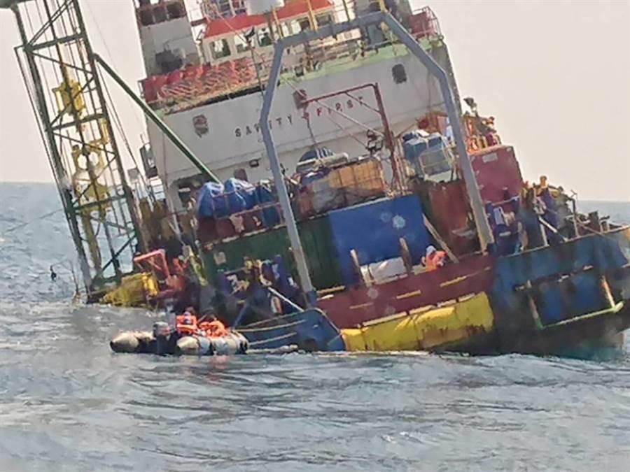 派翠工作船傾斜嚴重,船東宣布棄船逃命。(陳淑娥翻攝)