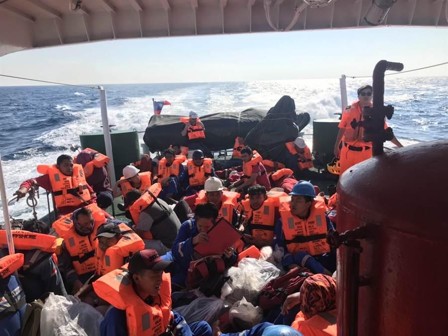 海巡署派船艇順利接駁40人。(陳淑娥翻攝)