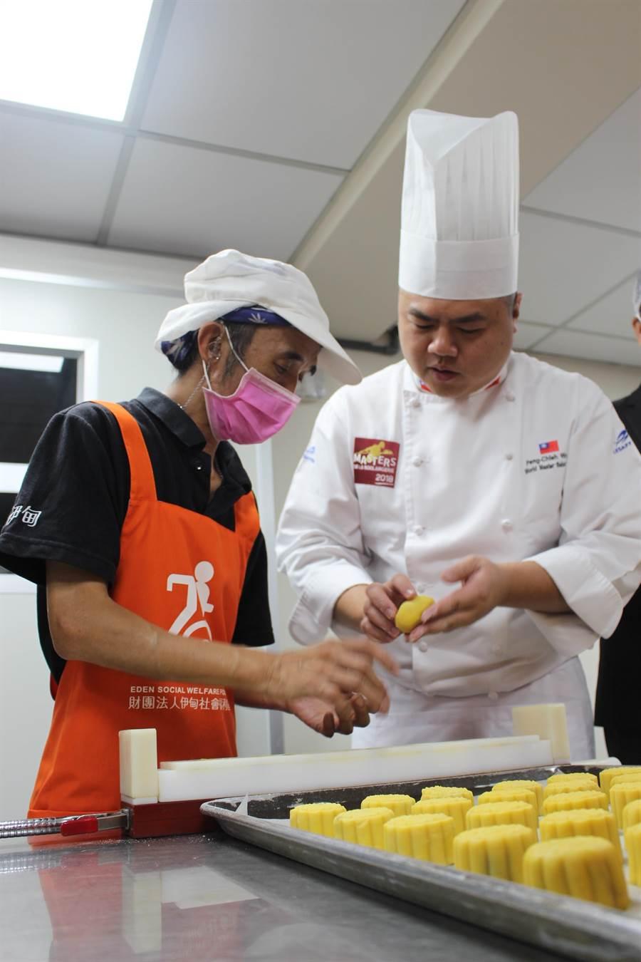 王鵬傑(圖右)現身庇護工場為這群身心障礙朋友們打氣,教導草莓酥與草莓燒菓子調配的獨家配方。(張妍溱攝)