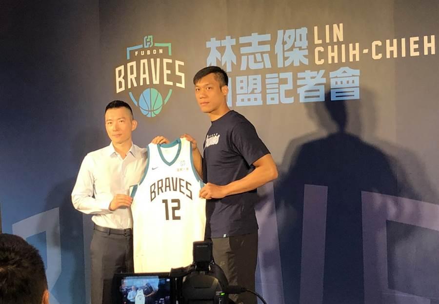 林志傑與富邦領隊蔡承儒共同秀出12號球衣。(黃及人攝)