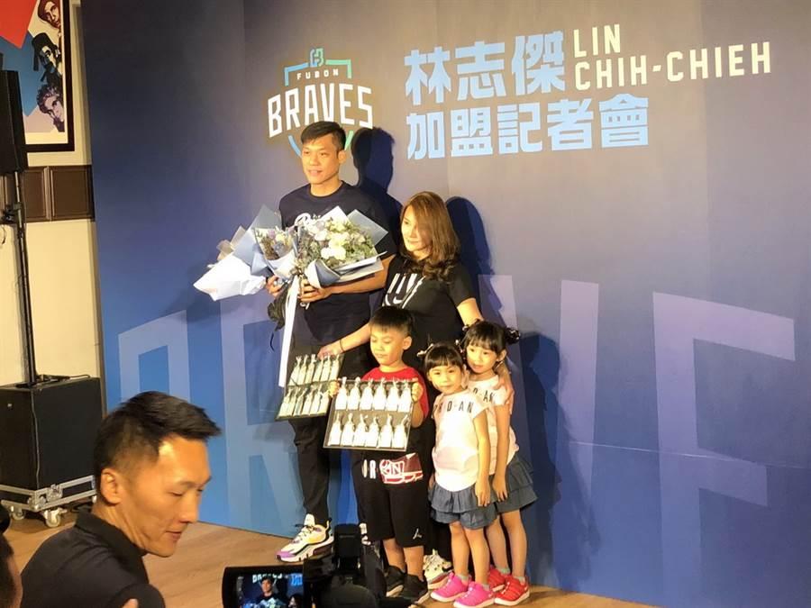 林志傑難得帶著全家人一起出席加盟記者會。(黃及人攝)