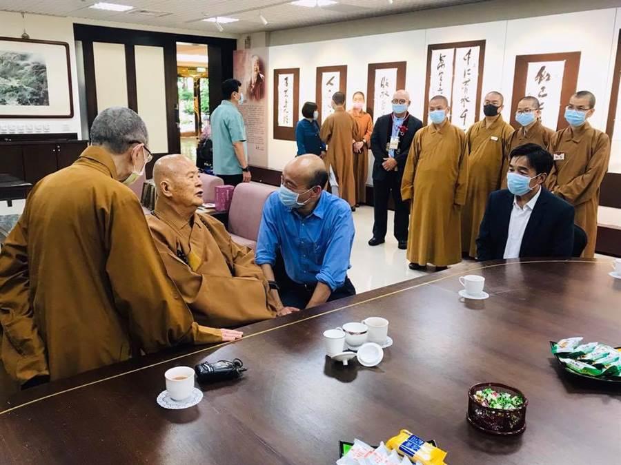 韓國瑜到佛光山向星雲法師祝壽,並參加供僧法會。(圖/翻攝自韓國瑜臉書)