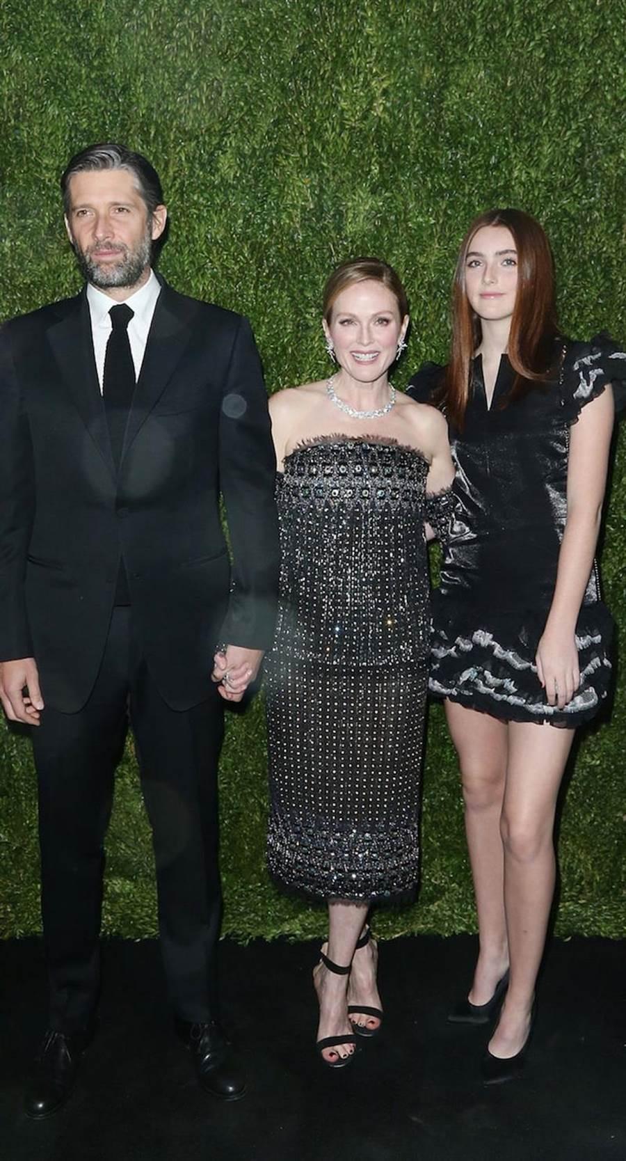 朱莉安摩爾(中)此次新片與老公、女兒一起合作。(擷取自網路)