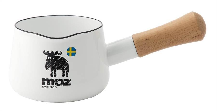 家樂福Moz琺瑯牛奶鍋12cm,市價2200元,會員扣1萬5000點+609元、VIP會員扣1萬點+609元換購,限量3000組。(家樂福提供)