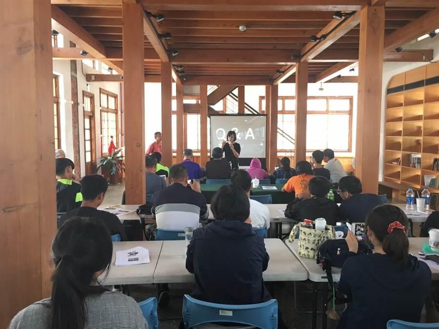 全國農業經理人協會安排虎尾科技大學農業科技系新生上有機農業經營與行銷課程,立委蘇治芬勉勵學生。(許素惠攝)