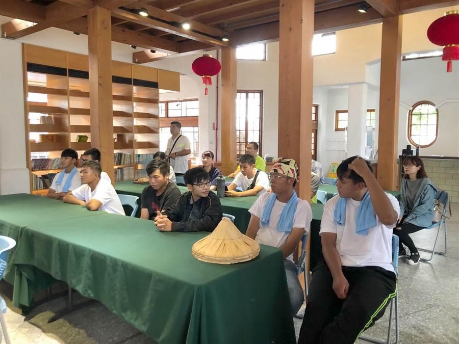 雲林縣國立虎尾科技大學首屆農業科技系今年招生,業師安排新生先上行銷課程。(許素惠攝)