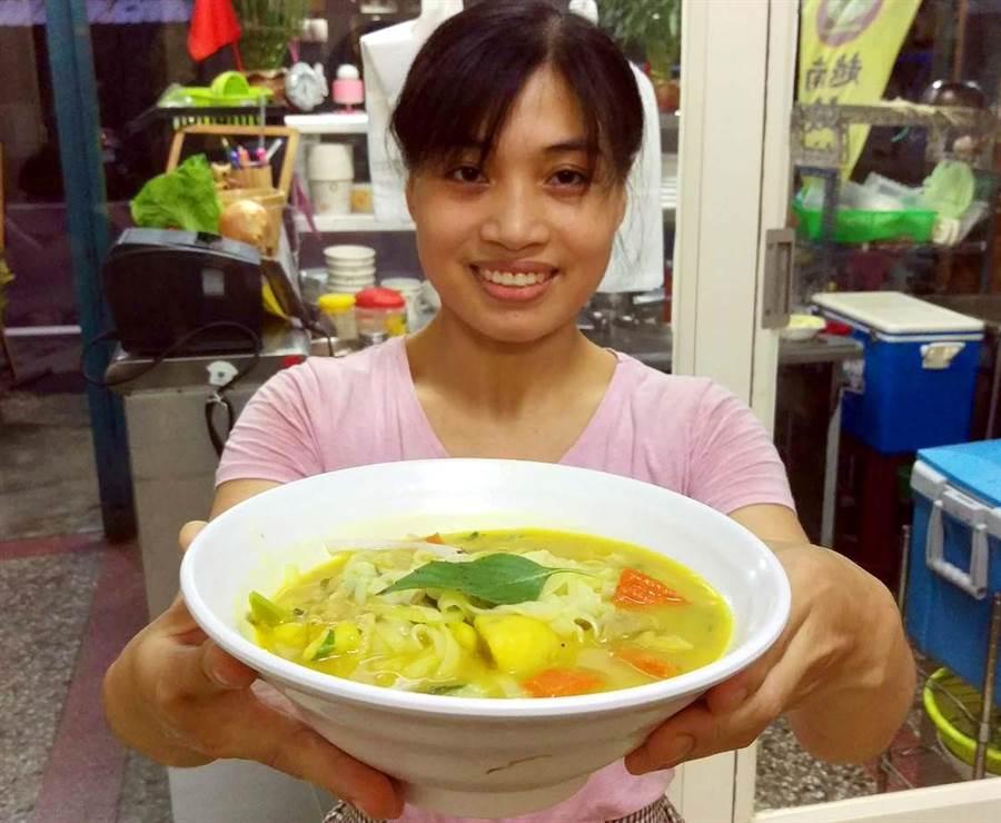 屏东市「故乡河粉」是少见的北越口味河粉店,咖哩河粉很受顾客欢迎。(潘建志摄)