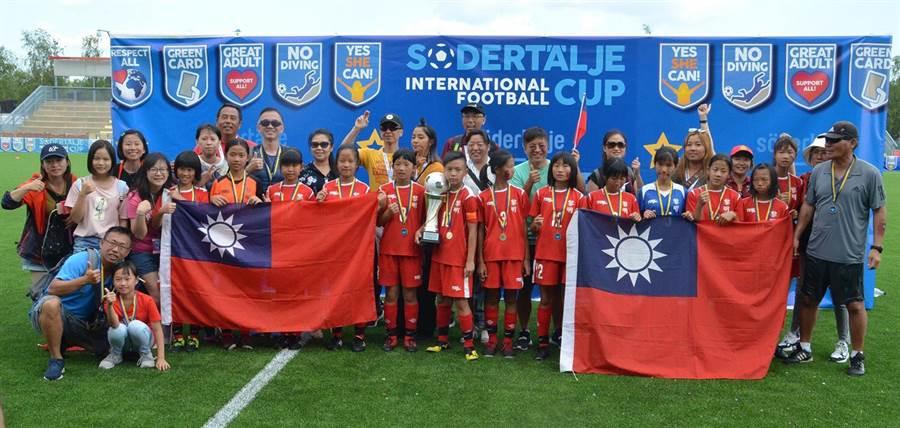 台中市黎明國小女足隊,暑假參加2019瑞典南泰利耶國際分齡賽(Södertälje International Football Cup),力戰群雄,勇奪女生12歲組冠軍。(黎明國小提供)