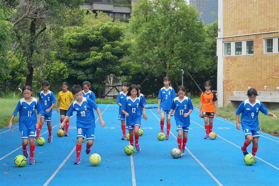 台中市黎明國小女足隊,自民國92年成立,迄今共組訓四屆足球隊伍。(黃國峰攝)