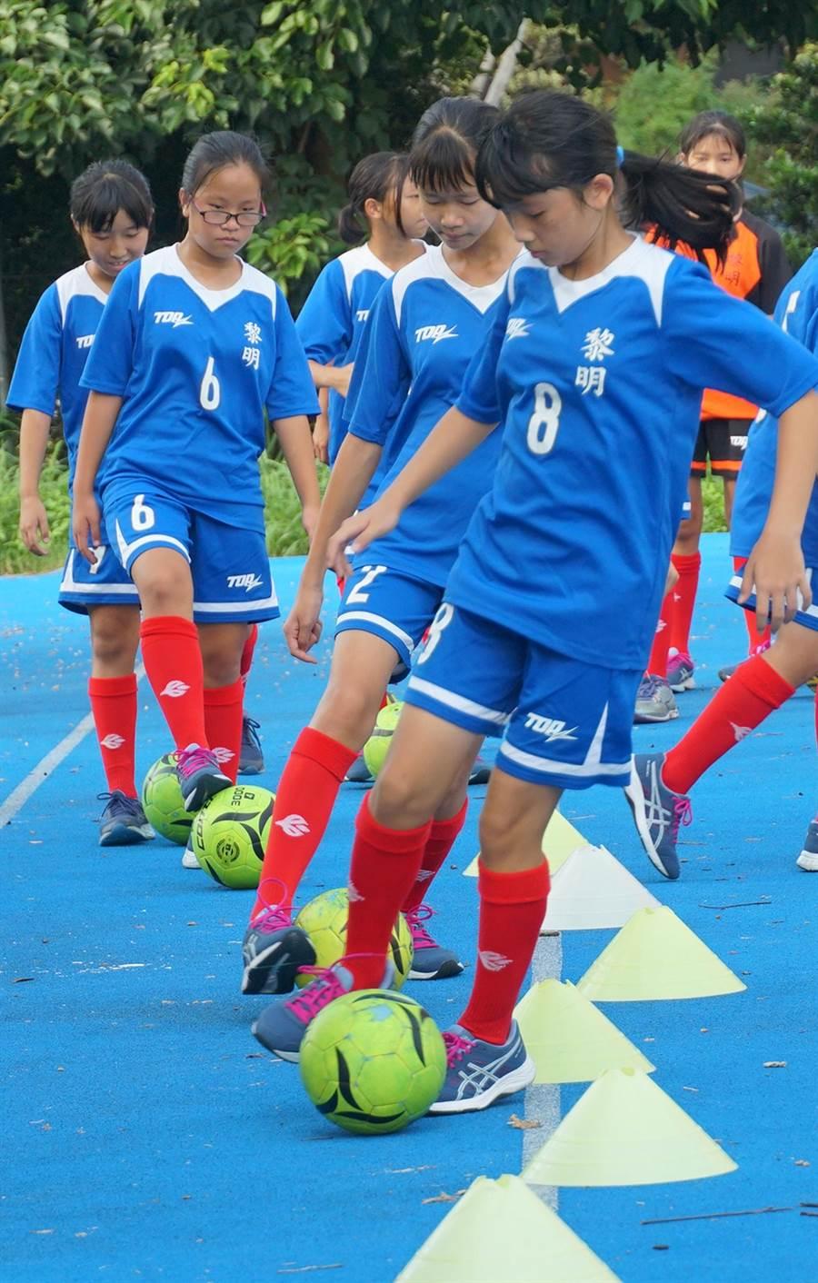 台中市黎明國小女足隊,今年第四屆曾獲得2017年全國少年盃、2018全國學童盃冠軍及2019瑞典南泰利耶國際分齡賽(Södertälje International Football Cup) 女生12歲組冠軍。(黃國峰攝)