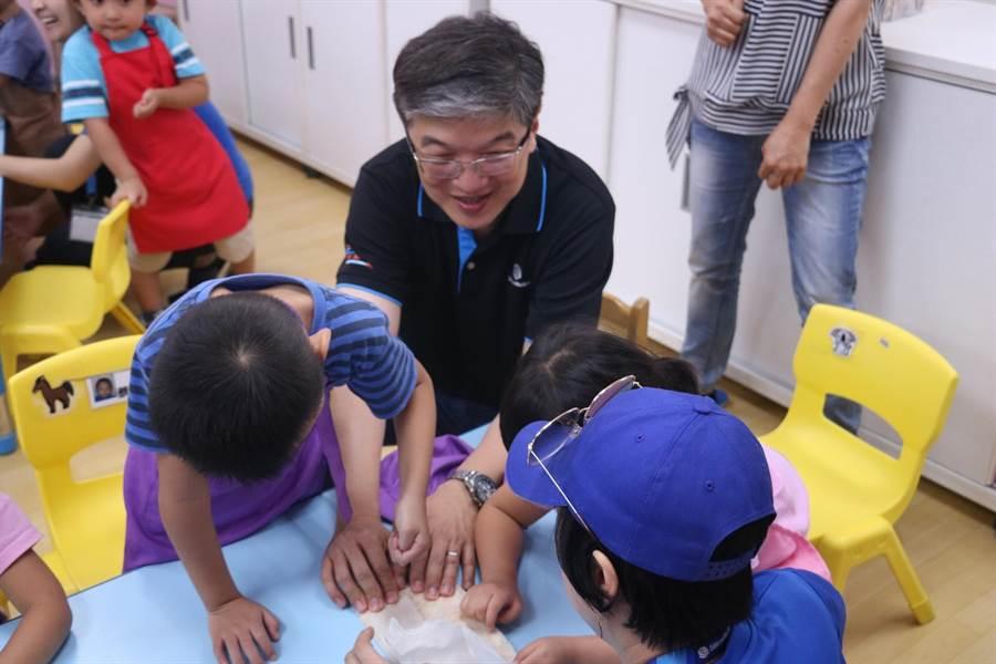 大同育幼院今(22日)舉辦捐贈儀式,感謝企業協助早療服務場館安全設施設備修繕。(實習記者林柏任攝)