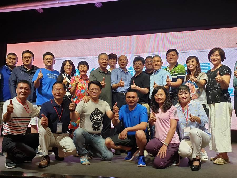 韓國瑜與彰化縣議會經建考察團見面,希望未來南台灣能有更多農漁觀光產業的結盟合作計畫。(袁庭堯攝)