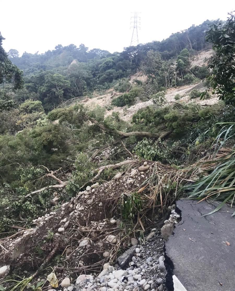 中88線因連日大雨崩塌走山,中市府封路搶修並呼籲民眾切勿進入。(陳世宗翻攝)