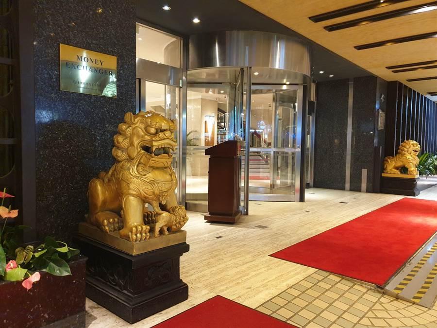 華王大飯店22日驚傳營運不善,今晚門可羅雀,不見旅客進出。(袁庭堯攝)
