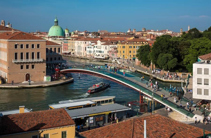 威尼斯現代感強烈的憲法橋。(圖/shutterstock)