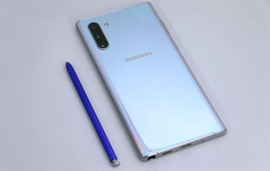 三星Galaxy Note 10星環銀與藍色的S Pen。(圖/黃慧雯攝)