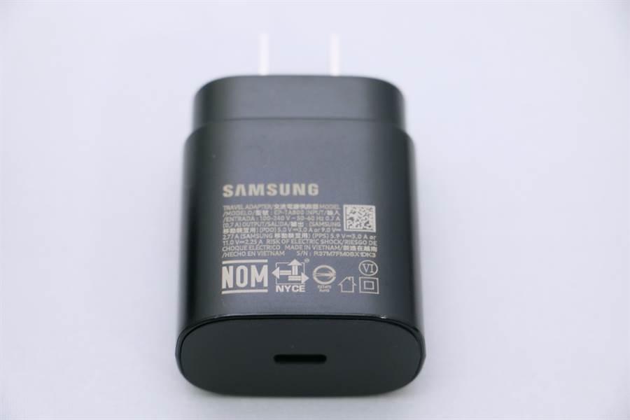 三星Galaxy Note 10盒內配件。(圖/黃慧雯攝)
