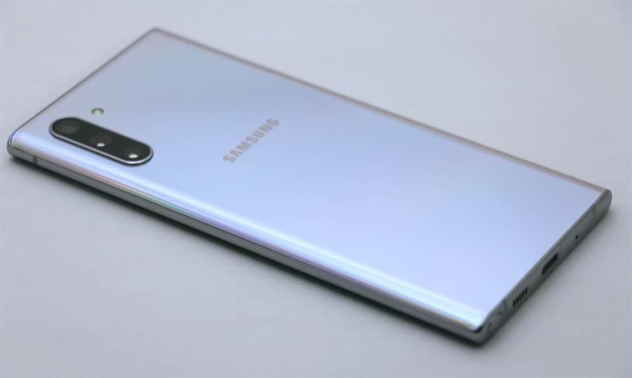 Galaxy Note 10 細部機身(右側)。(圖/黃慧雯攝)