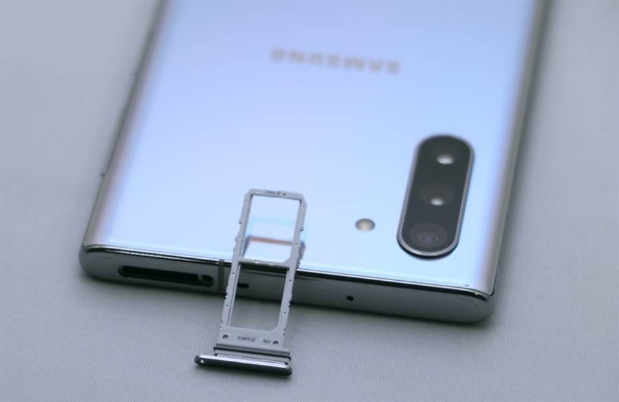 Galaxy Note 10 細部機身(頂端)與雙SIM卡卡槽。(圖/黃慧雯攝)