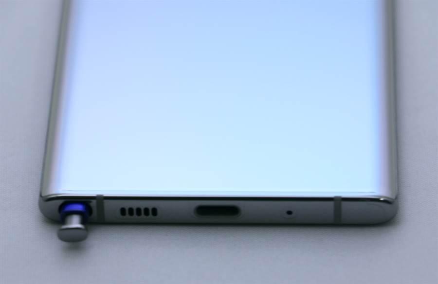 Galaxy Note 10 細部機身(底側)。(圖/黃慧雯攝)