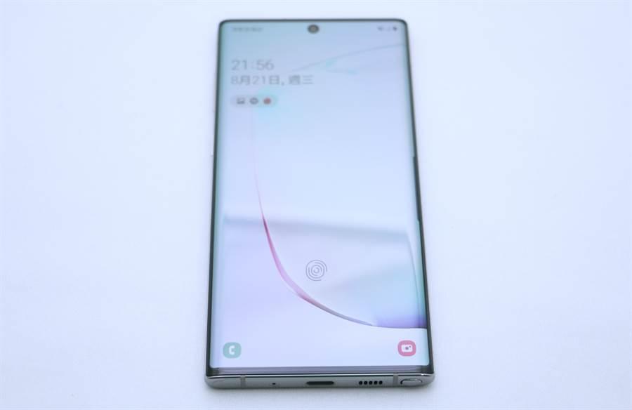 Galaxy Note 10 細部機身,正面螢幕位置。超音波指紋解鎖的感應位置比Galaxy S10/S10+更偏上方一些,持握感應指紋時,人體工學上體驗更佳。(圖/黃慧雯攝)