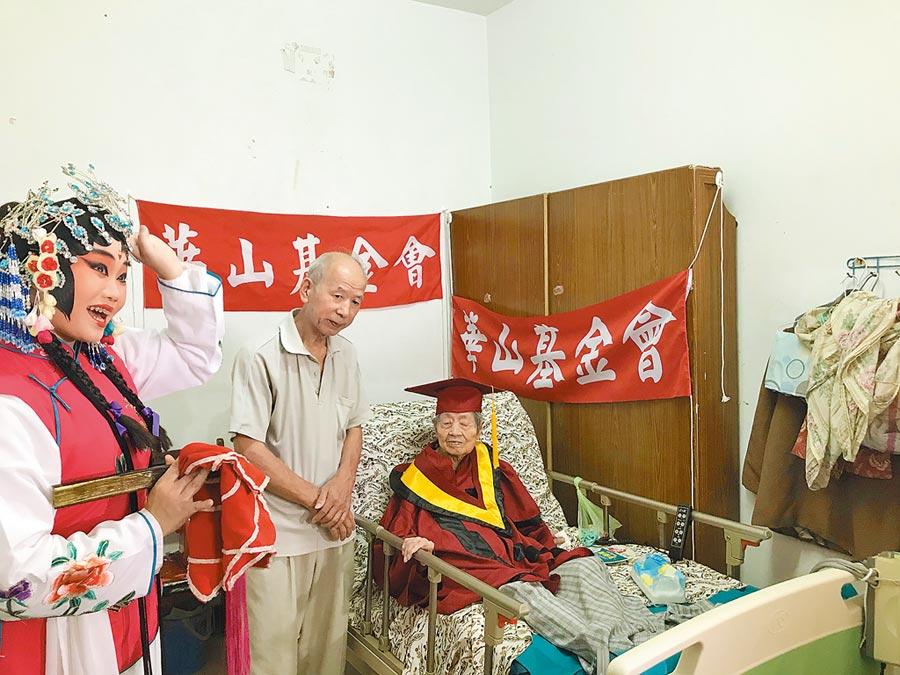 108歲人瑞李秀珍和68歲兒子方少威母子相依為命租住在三重某公寓5樓,希望能租到低樓層房子頤養天年。(戴上容攝)