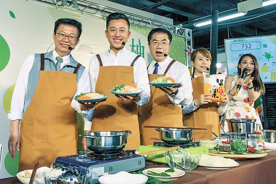 立委郭國文、新竹市長林智堅及台南市長黃偉哲(左至右),製作「柚見米粉香」創意料理。(羅浚濱攝)