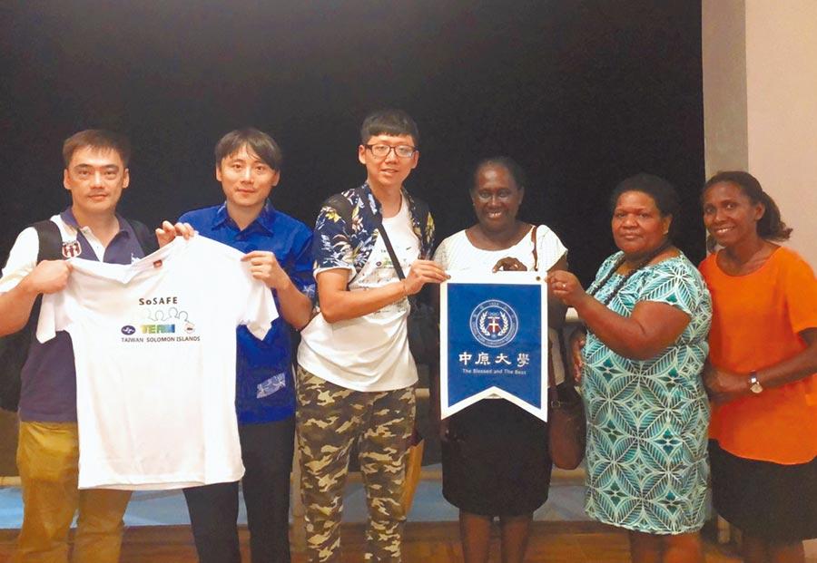 台灣氣象局團隊至邦交國索羅門群島,協助架設半自動氣象站及地震測站。(校方提供)