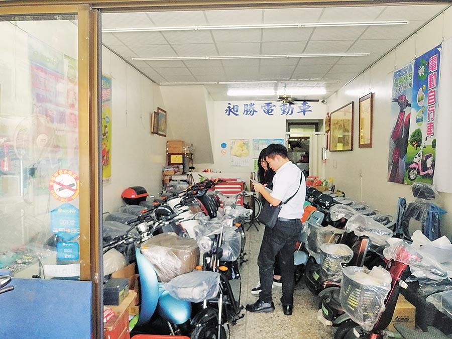 彰化县政府联合稽查电动自行车经销商,就标章、外观等审验是否有改装。(吴敏菁摄)