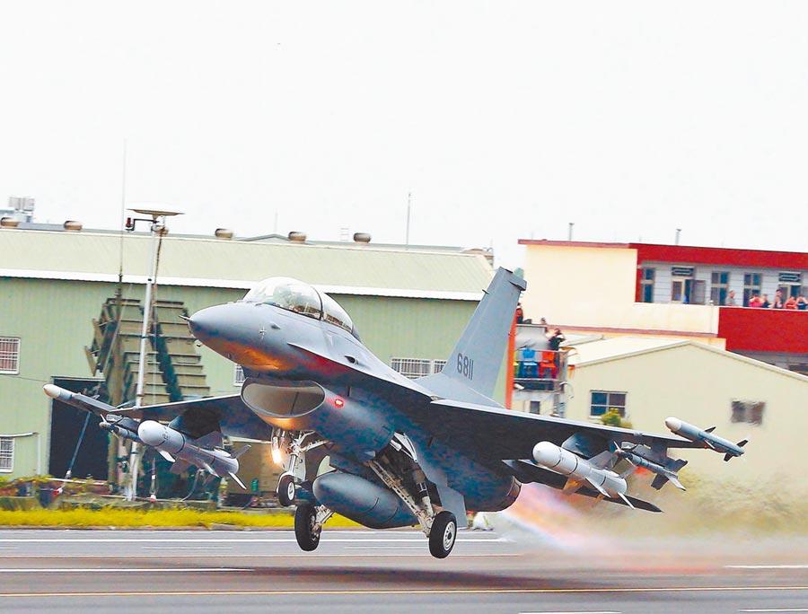 美正式售我F-16V戰機。圖為今年「漢光35演習」彰化戰備道起降操演,完成性能改良的編號6811的F-16V。(本報系資料照片)