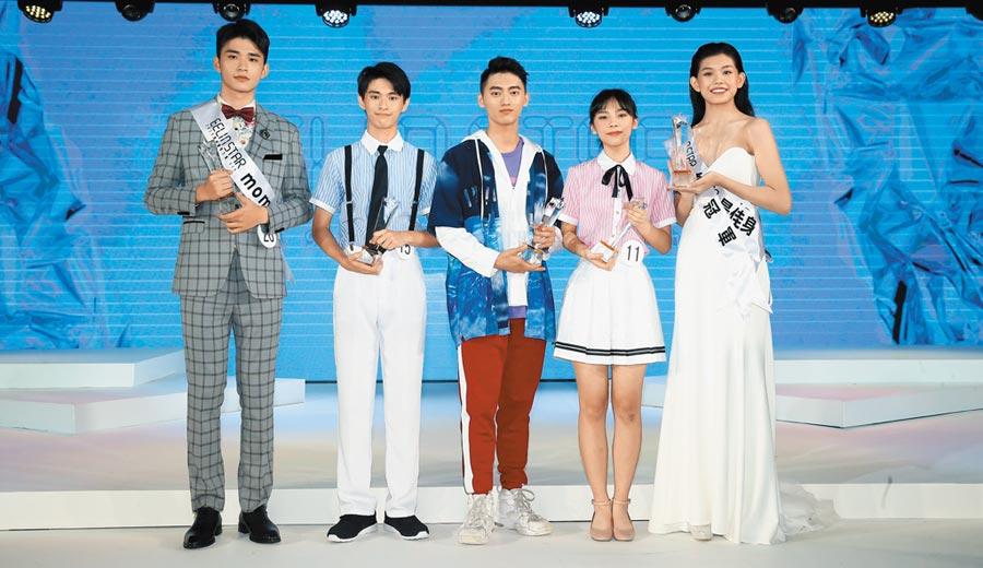 8月21日,伊林璀璨之星總決賽5位得主,林之旋(右起)、吳珮琪、林梓揚、洪國豪、王柏幀。(本報系記者粘耿豪攝)