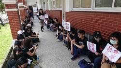 長榮中學扣薪爭議 數十位教職員拿標語靜坐
