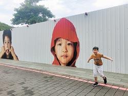 台南成功國小百童照 元氣躍上工程圍籬