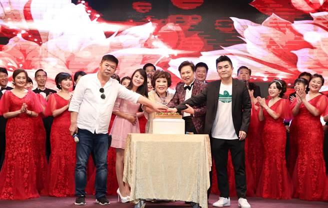 周遊82歲壽宴,老公李朝永及兩個兒子、乾女兒都齊聚。(陳俊吉攝)