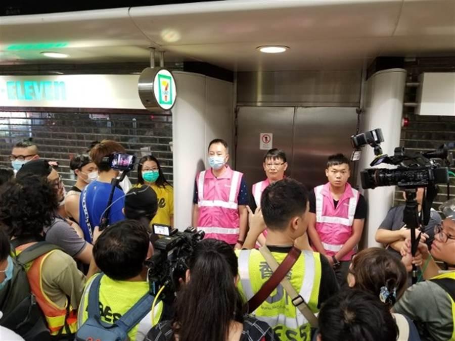 22日深夜在香港地鐵葵芳站聚集上百人要求站方解釋11日晚間警察施放催淚彈事件,凌晨後示威群眾情緒愈發激動。(圖/東網)