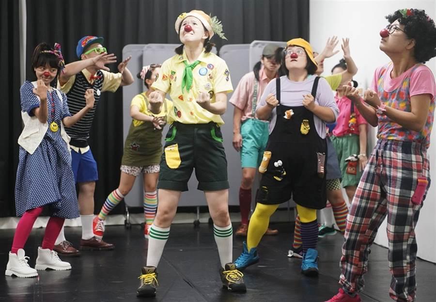 小丑醫生在正式演出前,必須接受數月密集專業訓練,包含「表演藝術」、「心理醫療」及「醫院實習評核」,以確保在符合醫療行為下,提供專屬他們的互動演出。(季志翔攝)