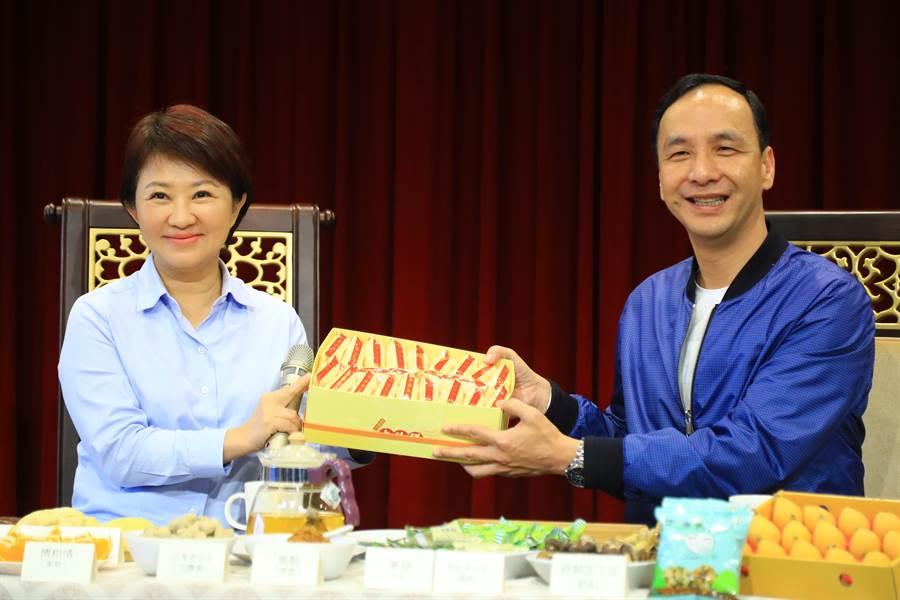 台中市長盧秀燕為救民調,向前新北市長朱立倫借將。(盧金足攝)