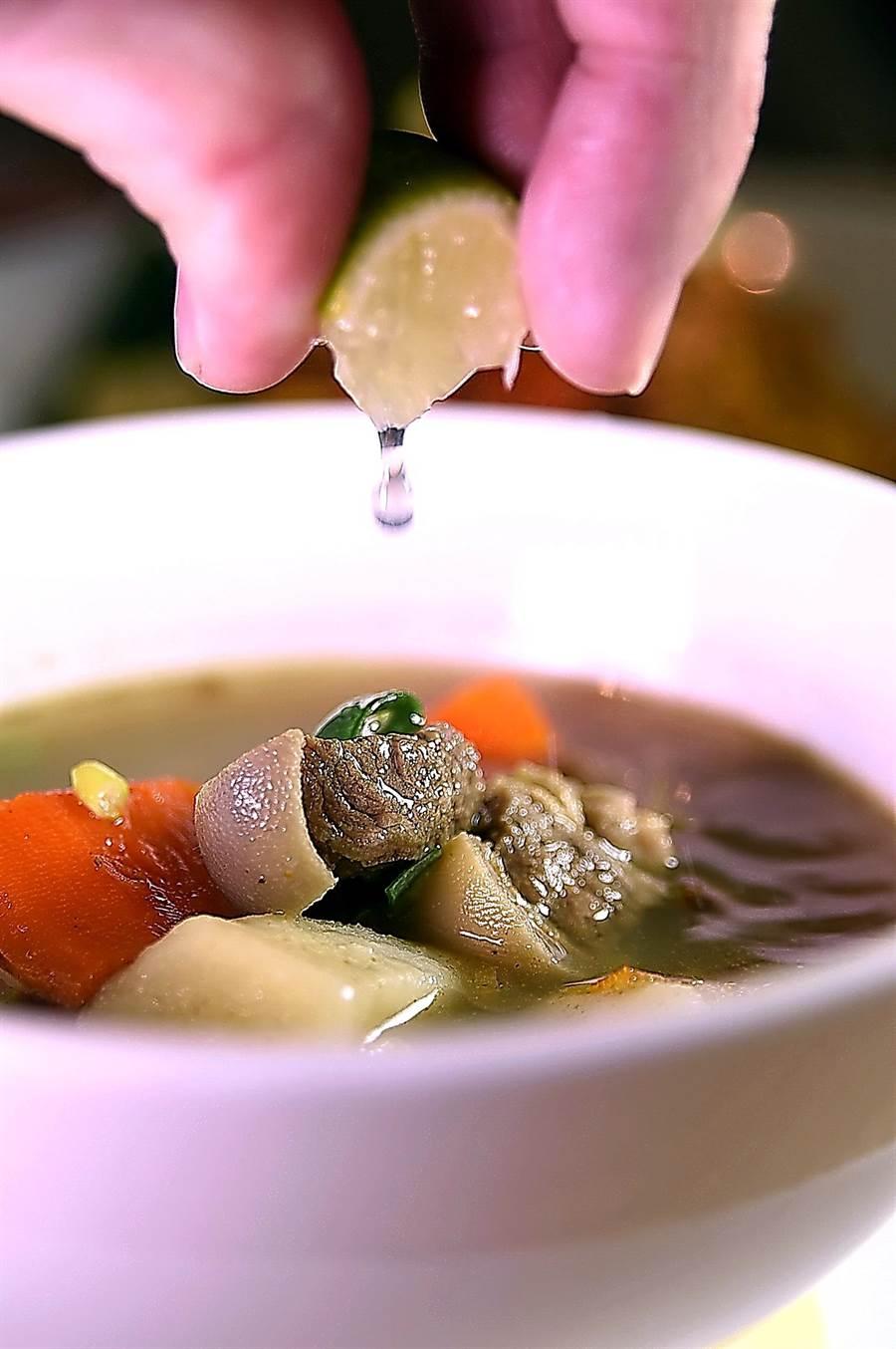 台北君悅Buffet餐廳〈凱菲屋〉舉辦馬來西亞美食節期間,可以喝到源於穆斯林的〈馬來羊肉湯〉,喝時擠入檸檬汁風味更佳。(圖/姚舜)