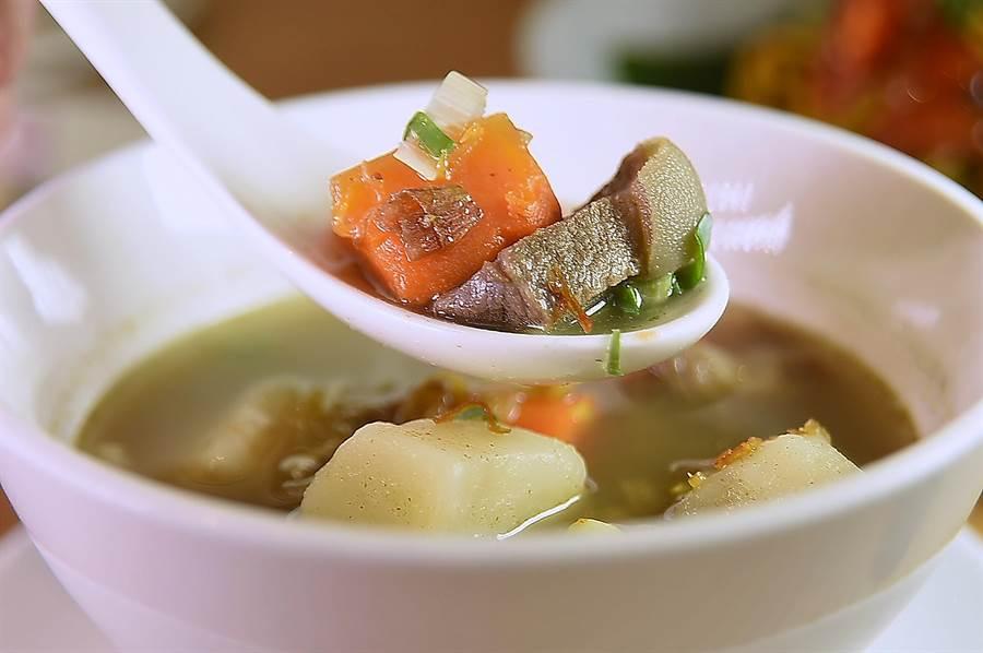 〈马来羊肉汤〉内除有切成小块带皮羊肉,还有吸饱汤汁非常入味的红萝卜和马铃薯。(图/姚舜)