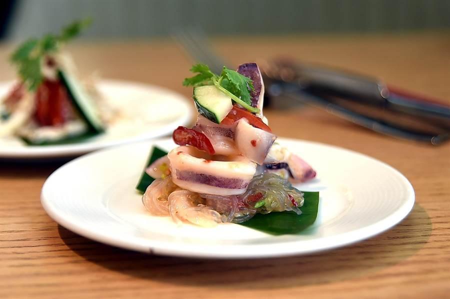马来西亚的〈鲜鱿沙拉〉,酸辣滋味很带劲,夏天吃来很开胃且消暑。(图/姚舜)