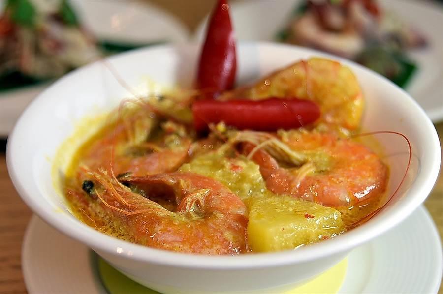 馬來西亞美食〈薑黃燴鮮蝦〉,用薑黃粉、香茅、蔥、蒜、辣椒,以及一點酸桔汁熬煮濃湯並加了椰奶增香, 湯內除鮮蝦外並放了鳳梨塊,使酸甜風味更富層次。(圖/姚舜)