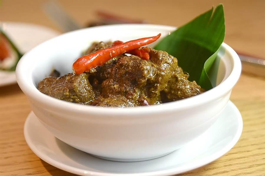 曾在2011年與2017年兩度在CNN舉辦「全球50大美食」排行榜中奪冠的〈仁當牛肉〉(rendang tok perak),最早其實源自印尼,這次在台北君悅〈凱菲屋〉亦可嘗到。(圖/姚舜)