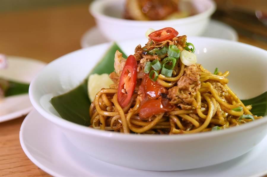 〈马来炒麵〉的酱料括参巴酱、酱油、糖、盐、蚝油与番茄酱,炒料则有蛋、大蒜、豆芽、高丽菜、鸡肉与虾仁,味道很亲民。( 图/姚舜)