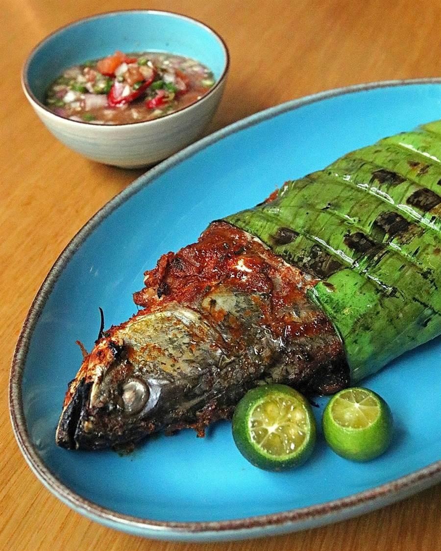 台北君悅酒店〈凱菲屋〉自助餐廳舉辦「馬來西亞靚麗食尚」,食客可以嘗到〈馬來風味烤魚〉。(圖/台北君悅酒店)