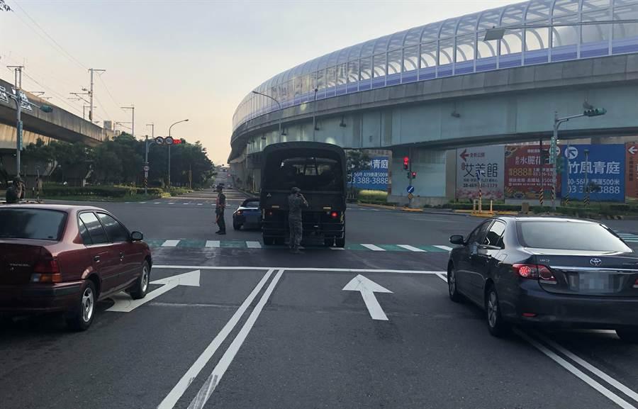 軍車與民眾駕駛的跑車發生擦撞事故。(警方提供)